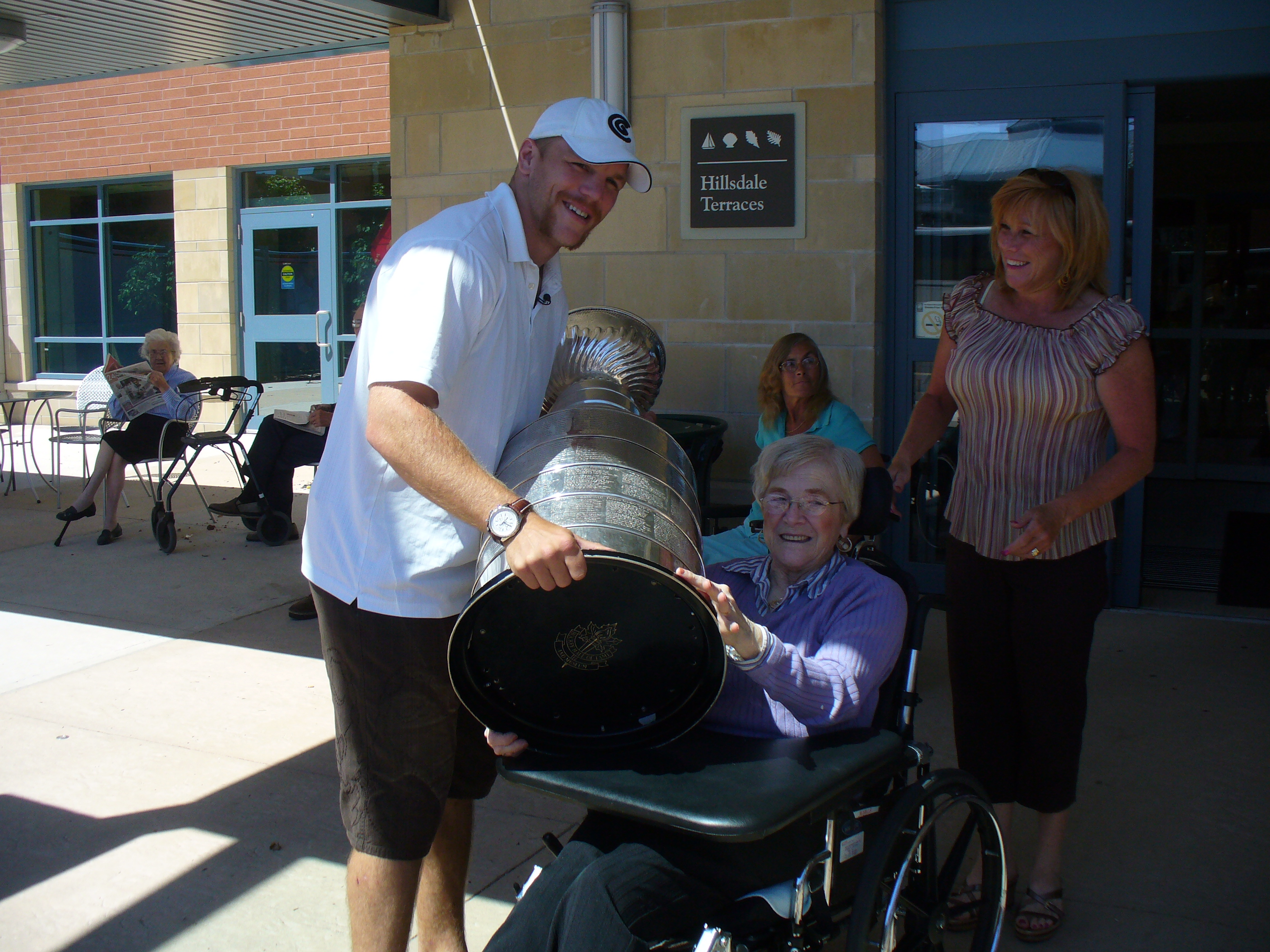 shawn thornton with fans and the stanley cup